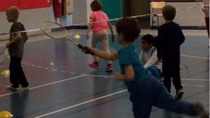 Les CP jouent au Badminton
