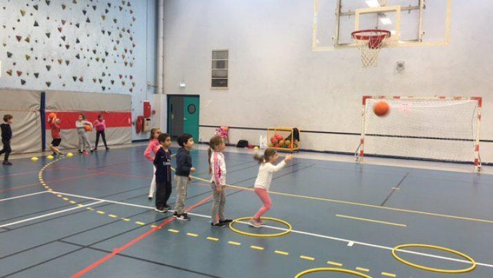 Les CE1/2 font du basket