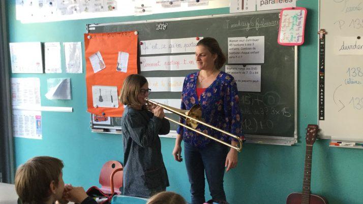La maman de Gaëlle et ses instruments de musique
