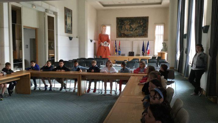 Les CE2-1 visitent la mairie